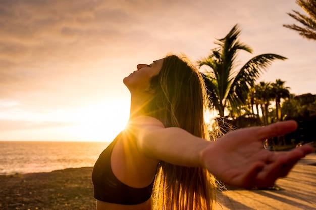 Zdrowy styl życia ludzi, cieszący się samym zachodem słońca i aktywnością fitness