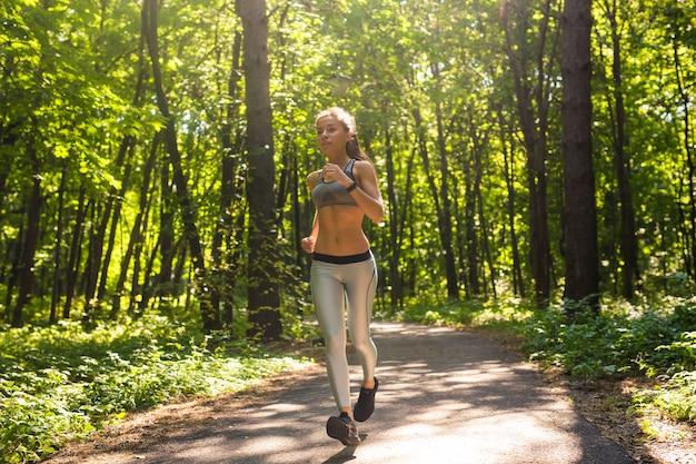 Zdrowy styl życia młoda kobieta fitness działa na zewnątrz.