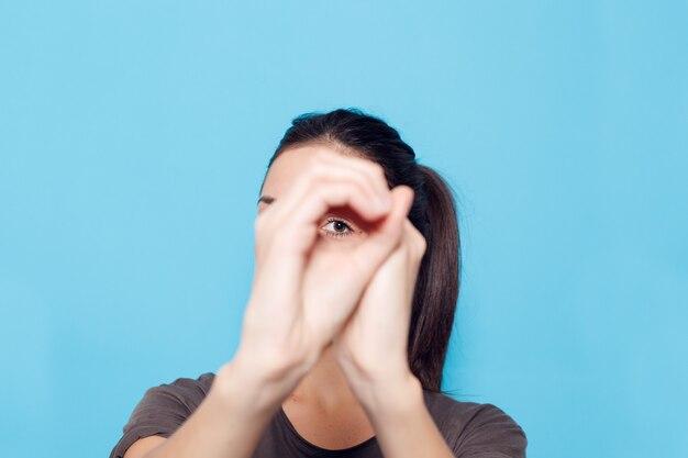 Zdrowy styl życia, szczęście i koncepcja ludzie - piękna uśmiechnięta kobieta na niebieskim tle.