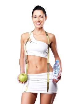Zdrowy styl życia szczęśliwej kobiety o szczupłej sylwetce po diecie. sportowa suczka o idealnej figurze