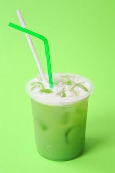 Zdrowy świeży zielony koktajl lub świeży sok. letni zimny napój. organiczne koktajle proteinowe z owocami i warzywami. napój wegański, smoothie na bazie roślin. koncepcja zielonego życia.