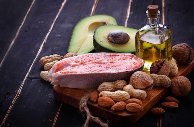 Zdrowy tłusty łosoś, awokado, olej, orzechy
