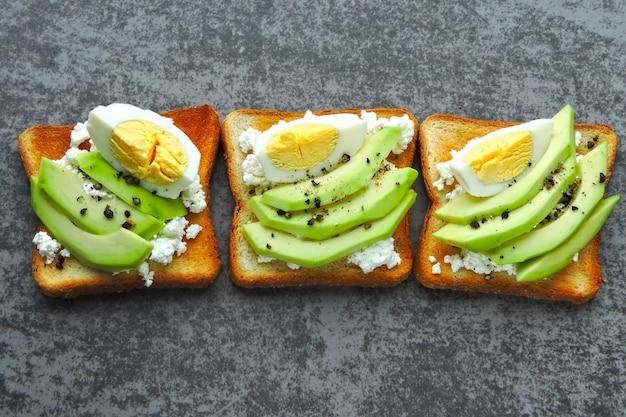 Zdrowy tost z awokado z serem i jajkiem.