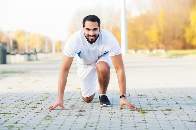 Zdrowy tryb życia. fitness człowiek robi ćwiczenia w środowisku miasta.