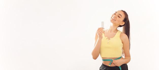 Zdrowy tryb życia. kobieta transparent uśmiecha się szczęśliwy, tabletki odchudzające bez ćwiczeń.