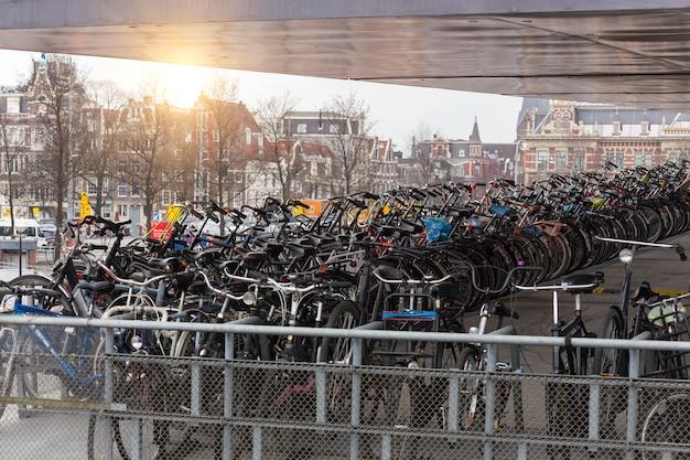 Zdrowy tryb życia. parking rowerowy w amsterdamie, holandia
