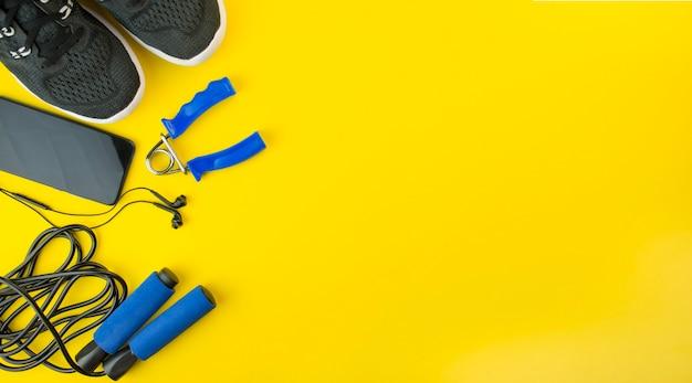 Zdrowy tryb życia. sprzęt sportowy na żółto. leżał na płasko
