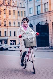 Zdrowy tryb życia. zadowolona młoda kobieta czuje szczęście, ciesząc się swoim weekendem
