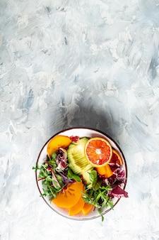 Zdrowy wegański obiad miska buddy z owocami i warzywami. zdrowe, zbilansowane odżywianie. widok z góry. obraz pionowy.