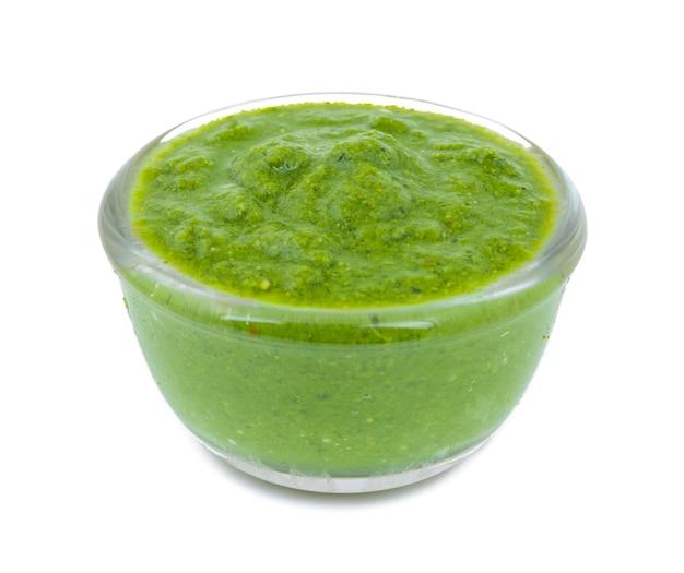 Zdrowy zielony chutney na białym tle