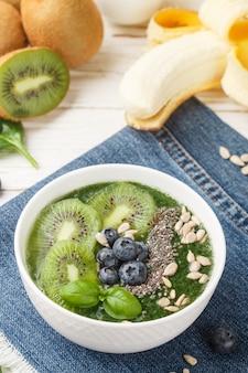 Zdrowy zielony koktajl i składniki - szpinak, banan, kiwi, nasiona chia,