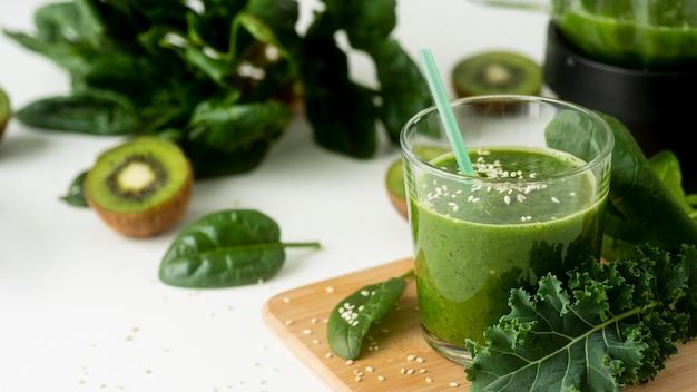 Zdrowy zielony koktajl pod wysokim kątem