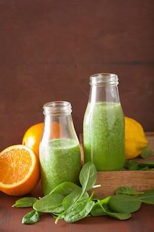 Zdrowy zielony koktajl szpinakowy z cytryną i pomarańczą