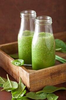 Zdrowy zielony koktajl szpinakowy z cytrynową pomarańczą