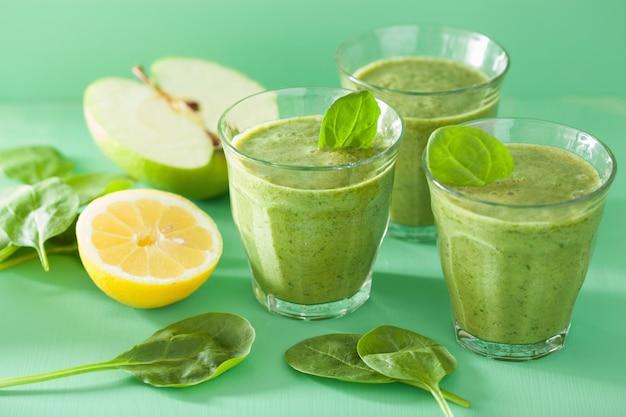 Zdrowy zielony koktajl szpinakowy z jabłkiem i cytryną