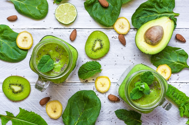Zdrowy zielony koktajl z awokado, bananem, szpinakiem, miętą, alkoholem
