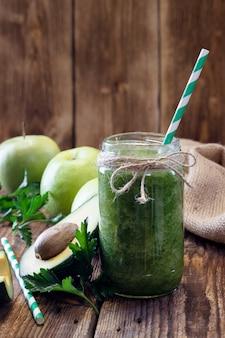 Zdrowy zielony koktajl z awokado i zielonym jabłkiem