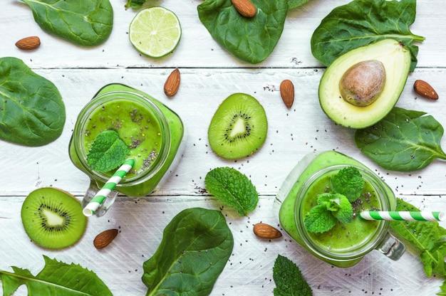 Zdrowy zielony koktajl z bananem, szpinakiem, awokado, kiwi, limonką