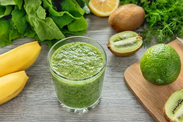 Zdrowy zielony koktajl z owoców, warzyw i zieleni.