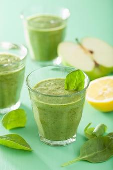 Zdrowy zielony koktajl ze szpinakiem pozostawia jabłkową cytrynę
