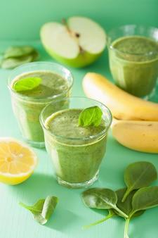 Zdrowy zielony koktajl ze szpinakiem pozostawia jabłkowo-cytrynowego banana