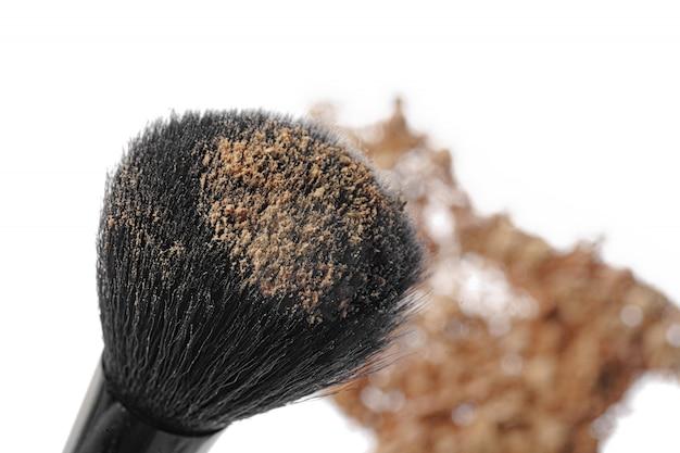 Zdruzgotani cienie do powiek z muśnięciem odizolowywającym na białym tle.
