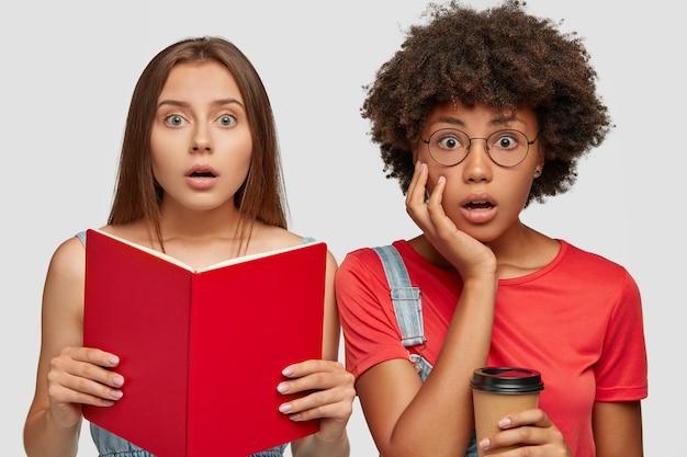 Zdumieni, emocjonalnie zaskoczeni uczniowie ze zdziwieniem patrzą w kamerę
