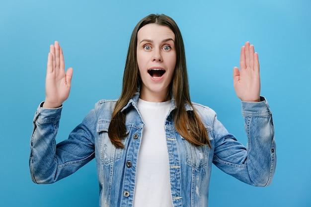 Zdumiona kobieta pokazująca duży gest rękami