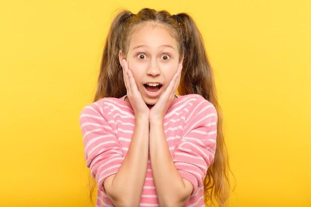 Zdumiony oniemiały zszokowany, dysząc mała dziewczynka. emocja wyraz twarzy i koncepcja reakcji.