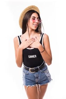 Zdziwiona brunetka ubrana na co dzień modelka z genialnym modnym manicure