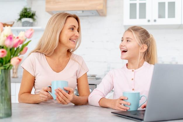 Zdziwiona córka patrzeje jej matki