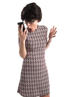 Zdziwiona dziewczyna opowiada mobilny