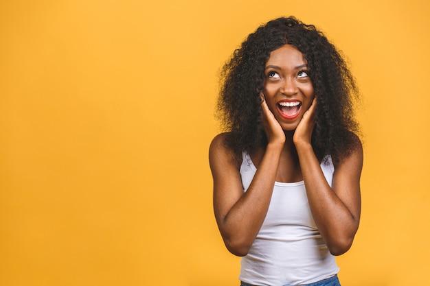 Zdziwiona i zszokowana szczęśliwa młoda afroamerykanka