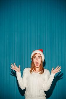 Zdziwiona kobieta boże narodzenie w kapeluszu santa