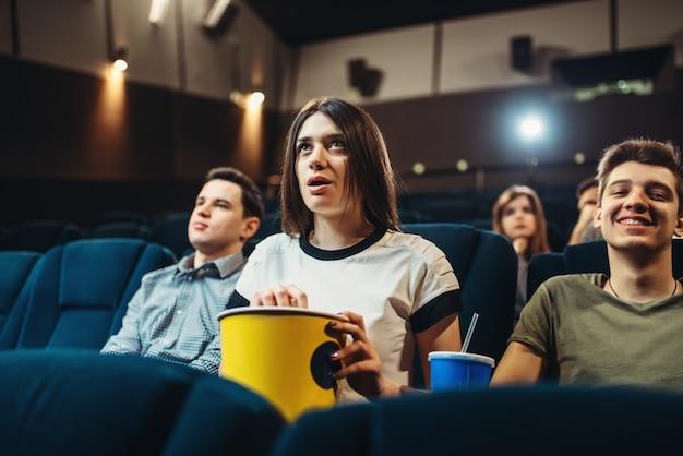 Zdziwiona kobieta oglądając film w kinie