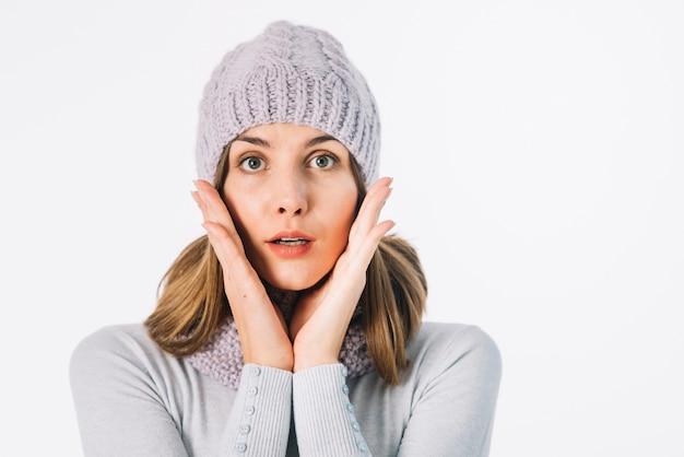 Zdziwiona kobieta w szaliku i kapeluszu