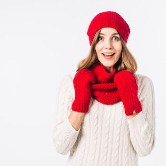 Zdziwiona kobieta w zimowe ubrania