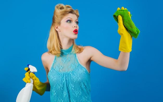 Zdziwiona kobieta z szmatką do czyszczenia i detergentem. sprzątanie, czystość w domu, koncepcja obsługi.