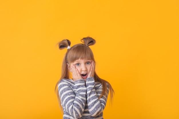 Zdziwiona mała dziewczynka