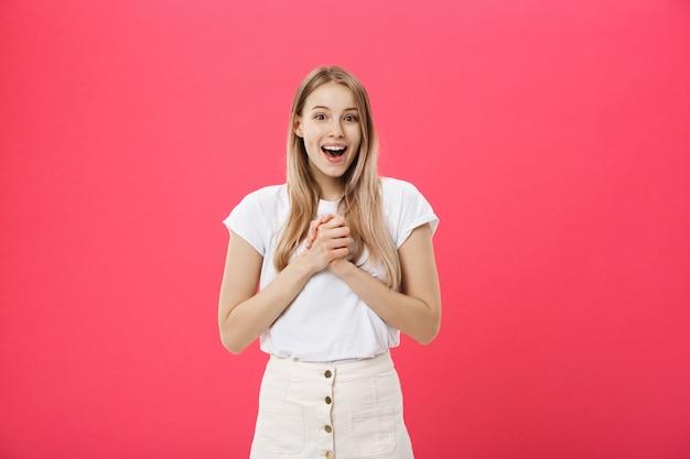 Zdziwiona nastoletnia studencka dziewczyna pokazuje szokującego wyrażenie z coś