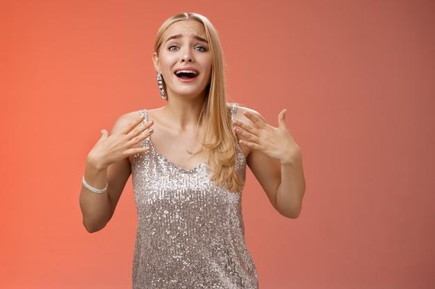 Zdziwiona, podekscytowana, nerwowa, młoda atrakcyjna blond kobieta wpadająca w panikę radośnie reaguje niesamowita gwiazdor piosenkarka uczestniczy w koncercie po imprezie.