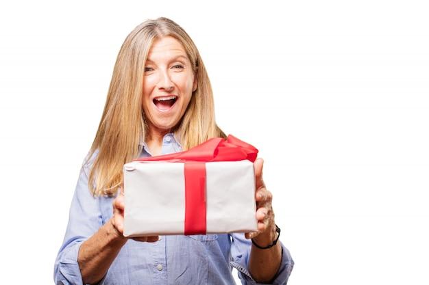 Zdziwiona senior kobieta z darem