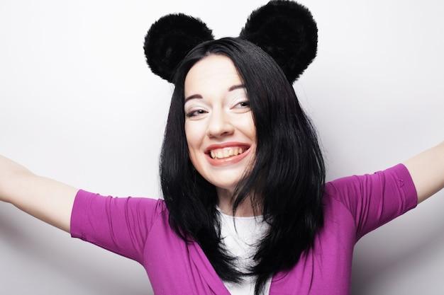 Zdziwiona śmieszna młoda kobieta z uszami myszy