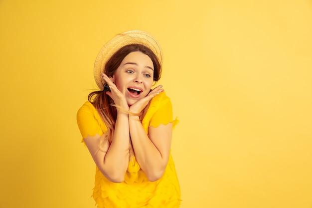 Zdziwiona, zszokowana, śliczna piękna modelka w kapeluszu