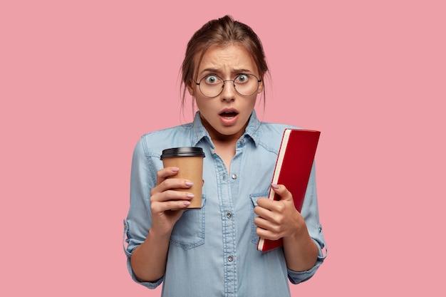 Zdziwiony emocjonalny student nosi okulary