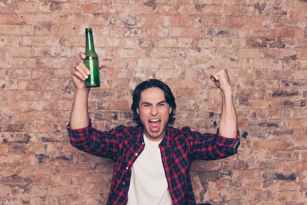 Zdziwiony hipster w swobodnym stroju podekscytowany drinkiem