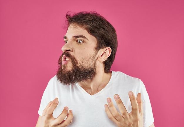 Zdziwiony mężczyzna na różowym tle
