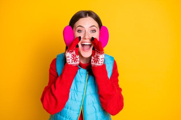 Zdziwiony podekscytowany dziewczyna słuchać niesamowity czarny piątek sprzedaż rabat wiadomości trzymać ręce usta krzyczeć nowość nosić styl stylowy modny różowy niebieski ubrania na białym tle jasny połysk kolor tła