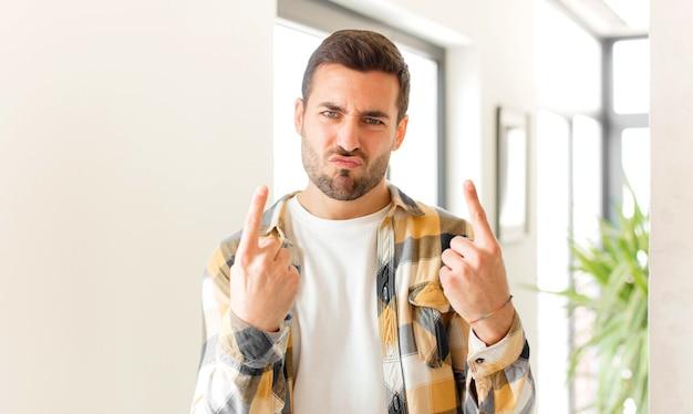 Ze złym nastawieniem, wyglądający dumnie i agresywnie, wskazujący w górę lub robiący zabawny znak rękami