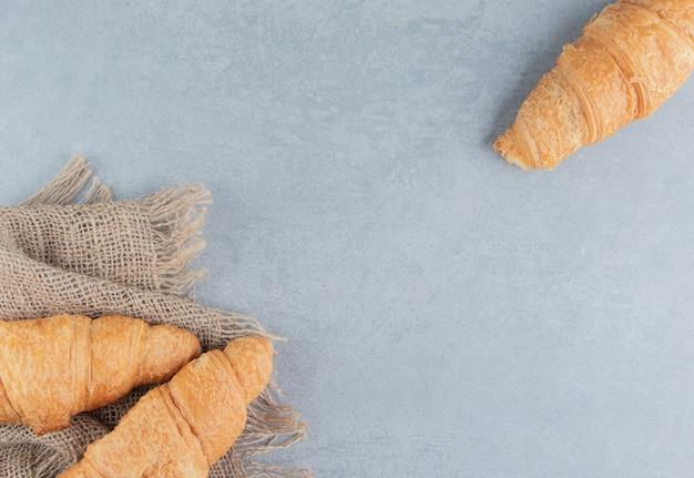 Zębate rogaliki na ręczniku, na marmurowym tle. wysokiej jakości zdjęcie